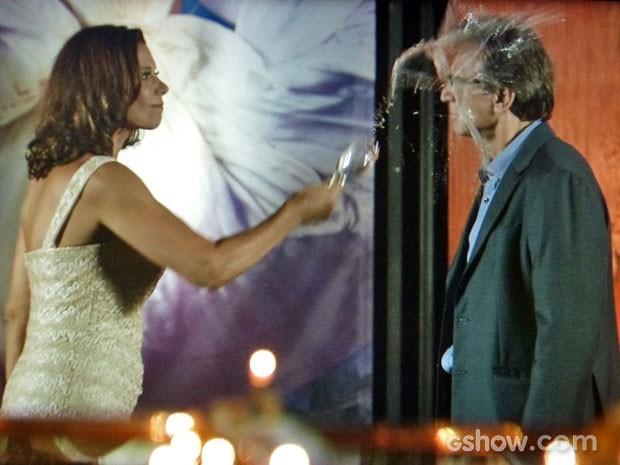 Branca perde a classe e joga champanhe no ex no meio da festa (Foto: Em Família/TV Globo)