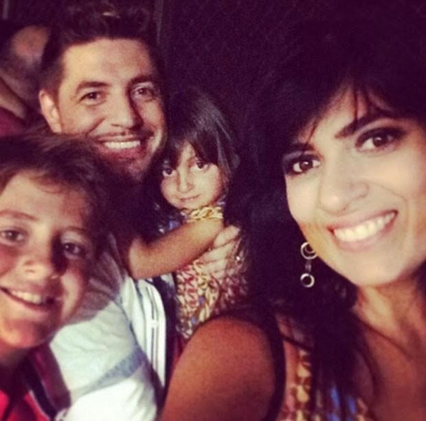 Fernanda Brum com o marido, Emerson, e os filhos, Isaac e Laura  (Foto: Reprodução)