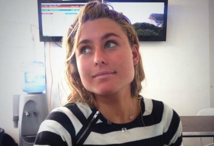 A surfista Nikki Van Dijk tem 19 anos e disputa o WCT feminino em Fiji (Foto: Reprodução / Twitter)