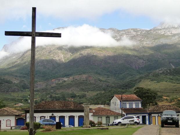 Ao fundo de casarões históricos, a Serra do Caraça mostra sua imponência em Catas Altas (Foto: Raquel Freitas/G1)