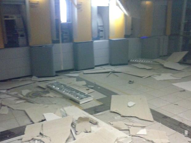 Banco ficou parcialmente destruído (Foto: Francisco Coelho/Focoelho.com)