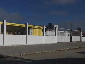 Estudante esperava na frente da escola, em Campina Grande, quando foi abordada por homem (Foto: Reprodução / TV Paraíba)