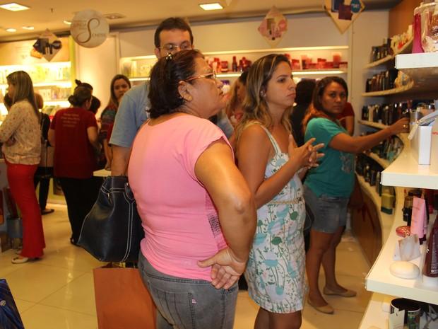 Consumidores lotam lojas de shopping em Teresina para compras de Natal (Foto: Yara Pinho/G1)