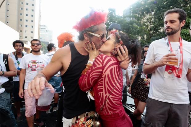 Alexandre Nero e a mulher beijam muito em bloco em São Paulo (Foto: Rafael Cusato/EGO)