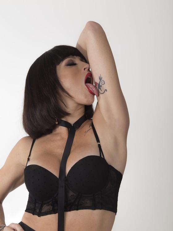 Luana encarna uma prostituta trans dentro do espetáculo E se eu não te amanhã amanhã? (Foto: Paula Kossatz)