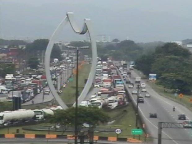Congestionamento causa transtornos para os motoristas em Santos (Foto: Reprodução / Ecovias)
