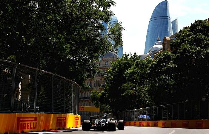 Lewis Hamilton no treino em Baku