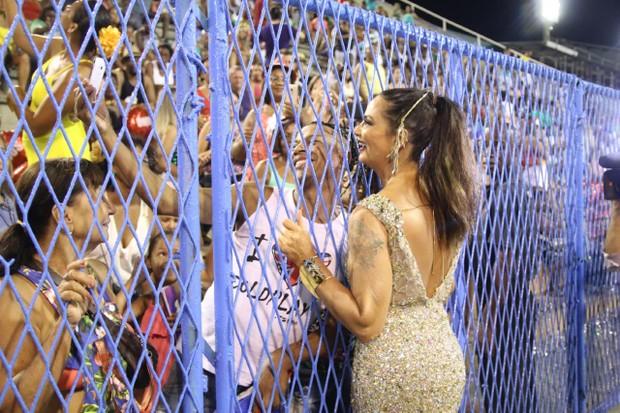 Luiza Brunet tira foto com fã (Foto: Daniel Pinheiro/AgNews)