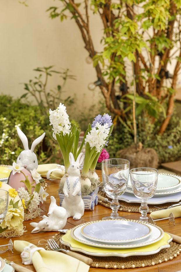 Decoração de Páscoa: mesa posta para o almoço em tons delicados (Foto: Julio Acevedo)
