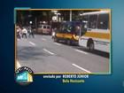 Ônibus escolares param em fila dupla em frente ao Detran-MG, em BH