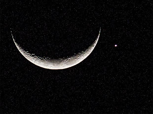 A conjunção do planeta Vênus com a Lua Crescente também pode ser observada na noite de domingo (8) em Ribeirão Preto (SP). O fenômeno foi registrado pelo fotógrafo Cláudio Frateschi da porta da casa onde mora, no bairro Parque dos Bandeirantes, na Zona Leste da cidade. O fenômeno astronômico é um efeito de perspectiva produzido pelas órbitas de Vênus e da Lua para quem observa a partir de determinadas regiões da Terra. O alinhamento pôde ser visto de diversas partes do mundo e deixou as redes sociais repletas de registros e compartilhamentos. (Foto: Cláudio Frateschi/VC no G1)