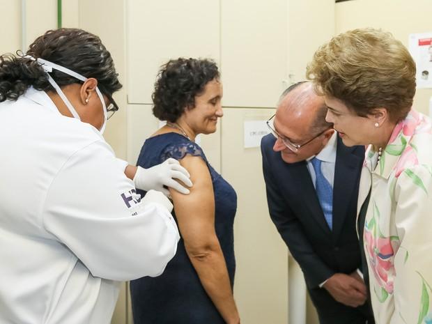 Dilma Rousseff e Geraldo Alckmin acompanham vacinação de voluntários em testes finais de vacina contra dengue (Foto: Roberto Stuckert Filho/PR/Divulgação)