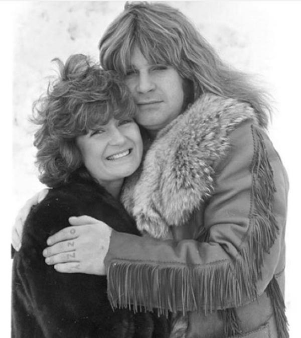 Ozzy Osbourne e Sharon Osbourne em uma foto antiga do casal (Foto: Instagram)