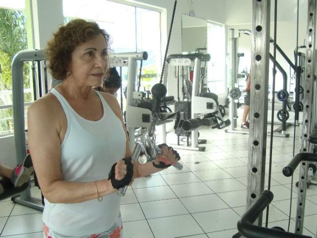 Helenita, com 72 anos, pratica musculação (Foto: Tatiane Santos/G1)