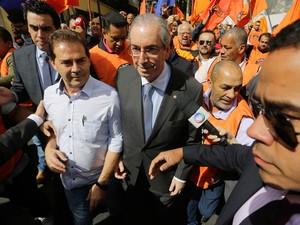 O presidente da Câmara dos Deputados, Eduardo Cunha, e o deputado Paulinho da Força (esq.) chegam para encontro com trabalhadores e sindicalistas, no Sindicato dos Metalúrgicos de São Paulo, no bairro da Liberdade (Foto: Nelson Antoine/Frame/Estadão Conteúdo)