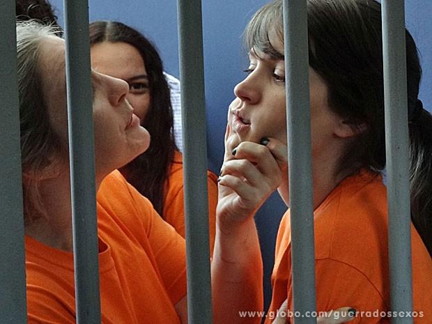 Detenta coloca Carolina em seu lugar (Foto: Guerra dos Sexos / TV Globo)