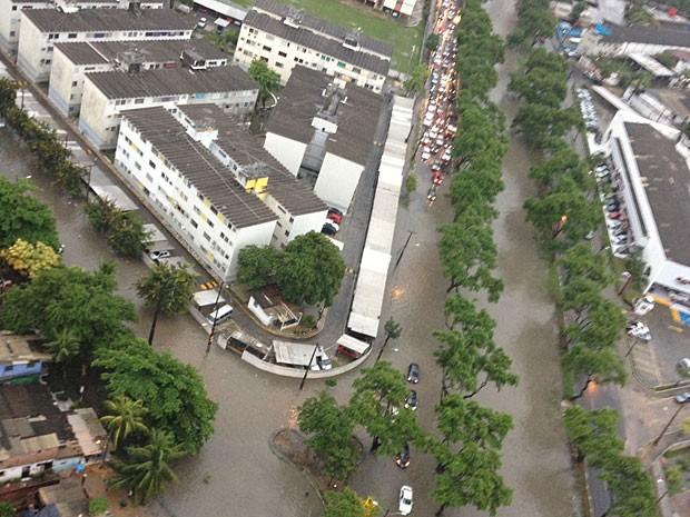 Canal do Arruda, na Zona Norte do Recife, transbordou (Foto: Anaíde Lima / TV Globo)