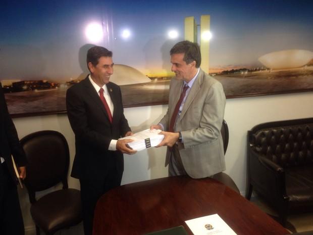 O ex-ministro José Eduardo Cardozo entrega a defesa final de Dilma no processo de impeachment (Foto: Gustavo Garcia / G1)