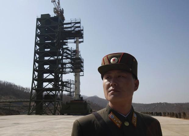 Soldado norte-coreano aparece em frente a foguete em foto de arquivo. País irá lançar satélite entre 10 e 10 de dezembro.  (Foto: Bobby Yip/Reuters)