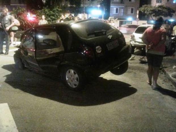 Motorista jogou caminhão contra bar, gerou pânico e destruiu carros em Santos, SP (Foto: Arquivo Pessoal)
