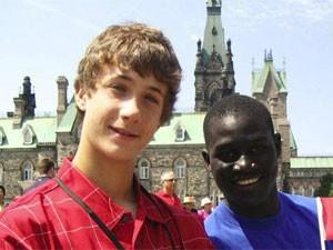 Ryan (à esquerda) começou a lutar pelo acesso a água potável aos 6 anos (Foto: Reprodução/Facebook/Ryan's Well Foundation)