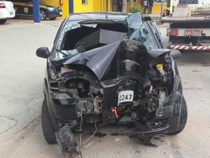 Carro ficou destruído após batida em poste neste domingo (9) em Biguaçu (Foto: Arcanjo/Corpo de Bombeiros)