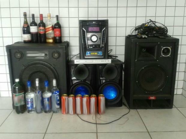 Adolescentes tentaram fugir com equipamentos eletrônicos e garrafas de bebidas (Foto: Tássia Lima / TV TEM)