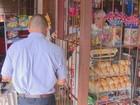 Com medo de assaltos, comerciante atende clientes atrás de grades em SP