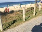 Rodrigão leva o filho para passear pela orla da praia