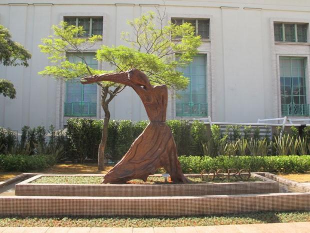 Escultura feita com madeira representa a modelo Gisele Bündchen  (Foto: Juliana Cardilli/G1)