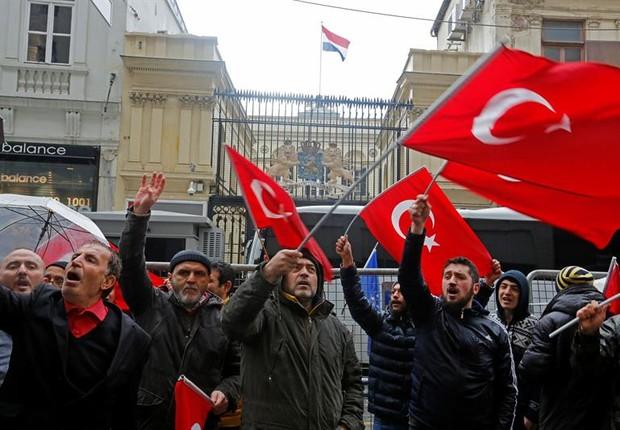 Turcos protestam em Istambul contra a Holanda neste domingo, 12 (Foto: EFE)