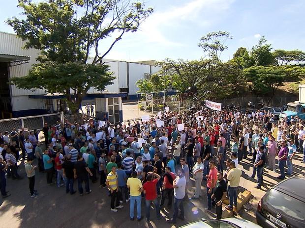 Metalúrgicos fazem manifestação em frente a empresa, em Betim. (Foto: Reprodução/TV Globo)