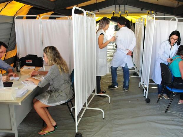 Pacientes recebem atendimento em tenda da Unidade de Atenção à Dengue, em Brazlândia (Foto: Dênio Simões/Agência Brasília)