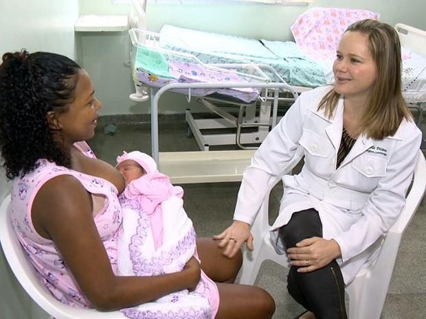 Mãe reencontra médica que a ajudou no parto dentro de carro em Vitória (Foto: Reprodução/TV Gazeta)