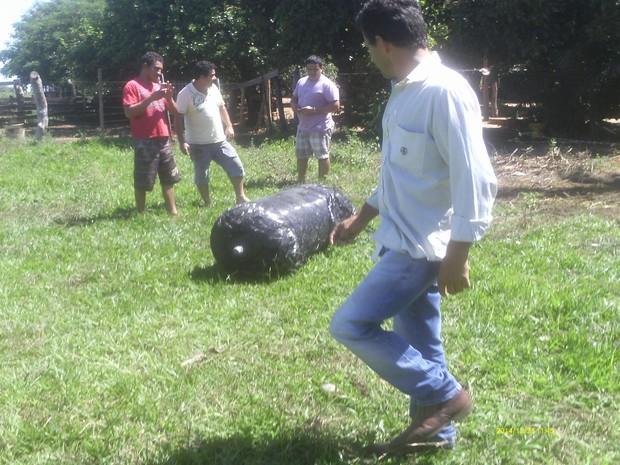 Objeto cai dos céus e intriga moradores em Santa Rita do Pardo (Foto: Celso dos Santos)