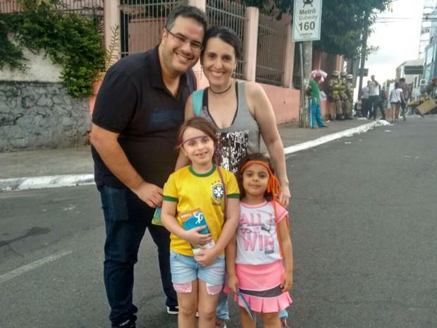 Casal Selma e Éder, de Feira de Santana, levou filhas para acompanhar jogo em Salvador (Foto: Alan Tiago Alves/G1)