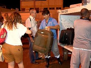 Malas de passageiros foram entregues do lado de fora do terminal (Foto: Reprodução/TV Globo)