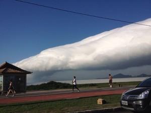 Nuvem gigante na Praia de Camburi, em Vitória (Foto: Fernando Vanrells/Divulgação)