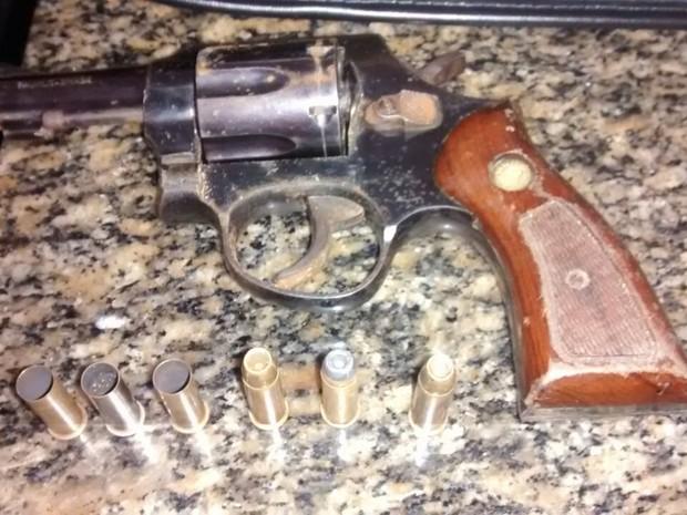 Arma usada no crime foi apreendida pela polícia na tarde deste sábado em São Vicente (Foto: G1)