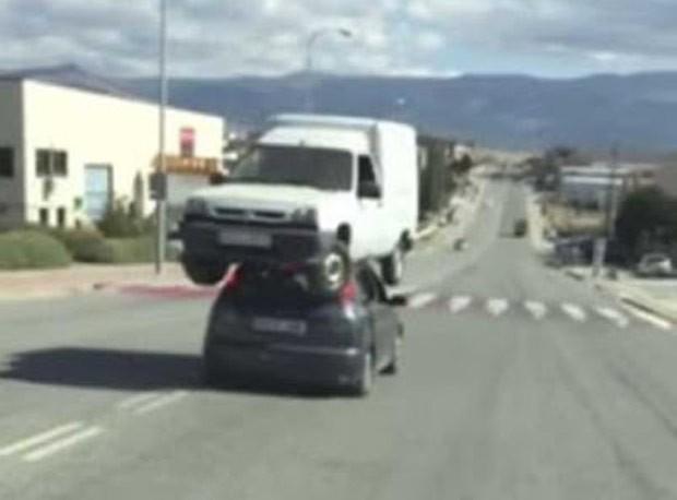 Dupla foi presa por carregar minivan sobre Ford Focus  (Foto: Reprodução/YouTube/ZamoraNews)