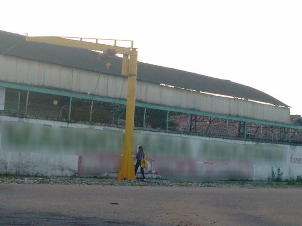 Internauta registrou guindaste fixado em calçada de marmoraria (Foto: Marcos Rodrigues/ VC no G1)
