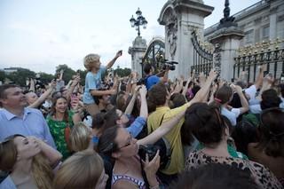 Fãs tiram fotos em frente ao Palácio de Buckignham (Foto: Agência Reuters)
