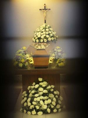 Caixão com o corpo da atriz Yoná Magalhães é envolto por flores antes do início do velório na capela um do Memorial do Carmo, no Caju, no Rio de Janeiro (Foto: Jose Lucena/Futura Press/Estadão Conteúdo)