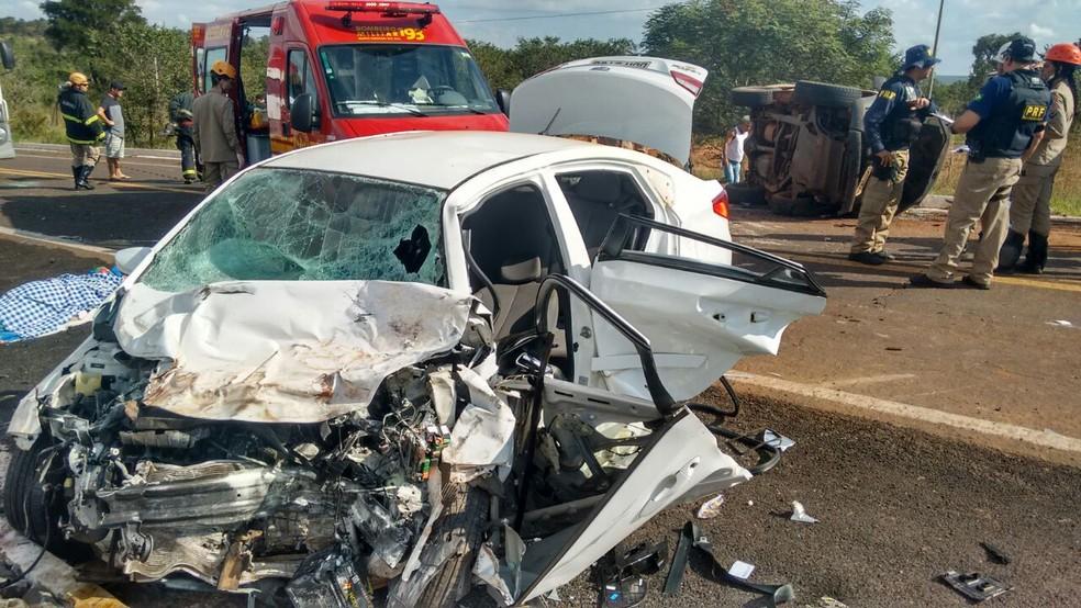 Carro onde estavam mulher que morreu e bombeiro ferido ficou destruído; caminhonete tombou (Foto: Marcos Ribeiro/ G1 MS)