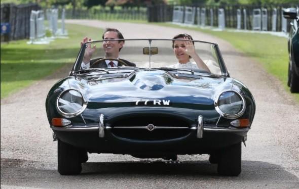 James e a mulher, Pippa, saíram da cerimônia a bordo de um Jaguar  (Foto: Reprodução/ Instagram)
