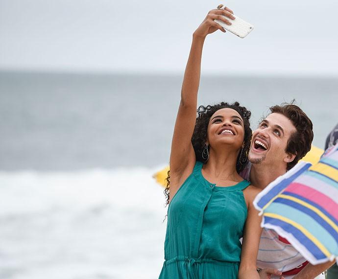 Lucy Ramos e Gil Coelho se divertem durante gravação na praia (Foto: Raphael Dias/Gshow)