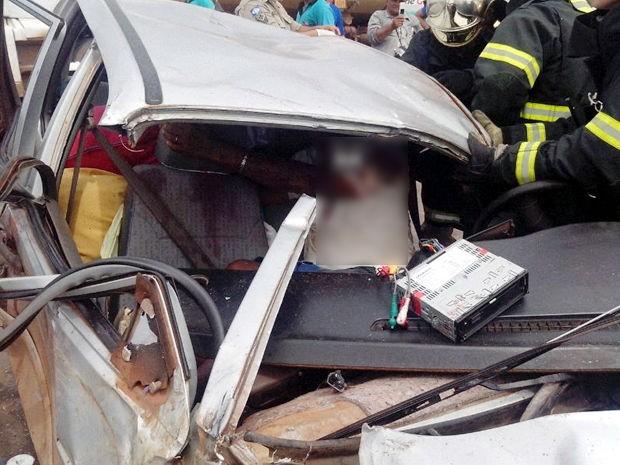 Condutor ficou preso às ferragens de carro em acidente na BR-364. (Foto: PRF/Trevo do Lagarto)