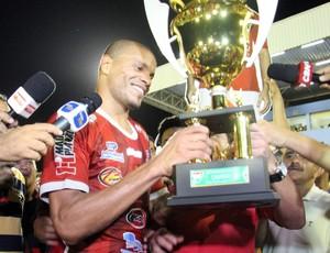 Anselmo recebe a taça de campeão do segundo turno do Campeonato Potiguar (Foto: Márcio Barbosa)
