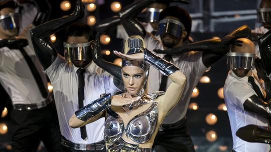 Fernanda Lima usa look futurista inspirado em uma robô guerreira