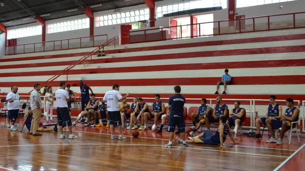 Jogadores do São José Basquete reunidos no ginásio Lineu de Moura (Foto: Danilo Sardinha/Globoesporte.com)